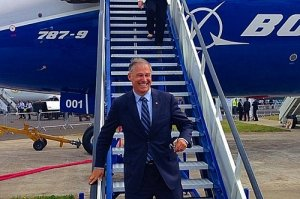 Gov. Jay Inslee descends from a Boeing 787