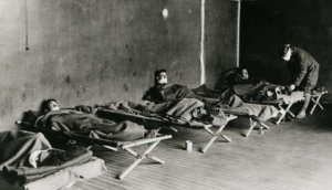 Soldiers on cots during Spanish flu pandemic